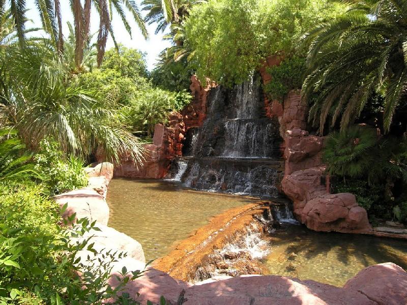 Водопад в саду из декоративного